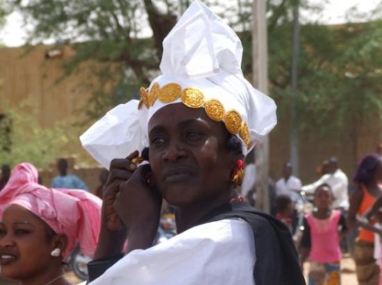 Timbuktu, Mali: Mariage àTimbouctù: donna Fula si rimette un orecchino