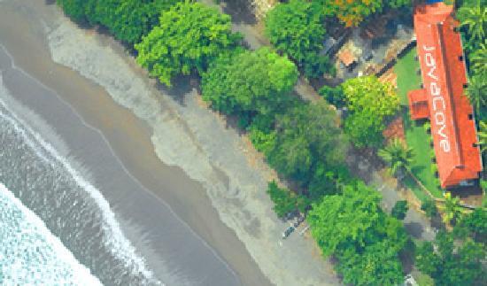 JavaCove Beach Hotel: Between Ocean, (road!), and Earth