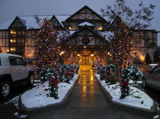 The Inn at Christmas Place: Entrance to the hotel