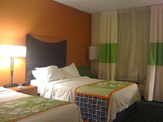 Fairfield Inn & Suites Pittsburgh New Stanton: nicely decorated room