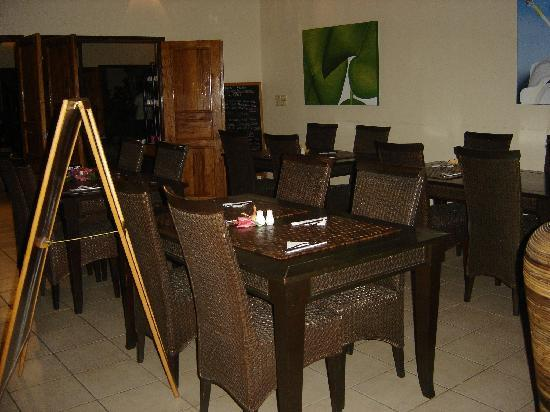 Mangoes Resort Restaurant & Bar: View from the deck into of restaurant