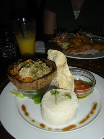 Mangoes Resort Restaurant & Bar: Thai chicken curry & coconut chicken in back