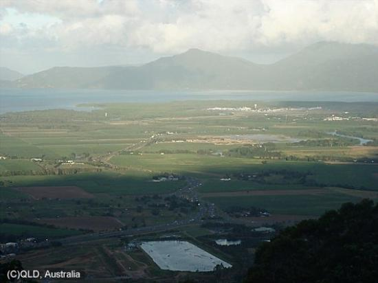 "Atherton, Australien: From the lookout above Cairns  The water in front is for ""Cable Skiing"" ?"