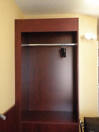 Hotel Center : Penderie côté chambre (grd confort)