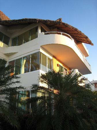 Starbay Suites Resort: really nice suites with ocean view, step out onto beach or lovely pool