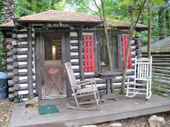 Log Cabin Motor Court : The Hillbilly Cabin