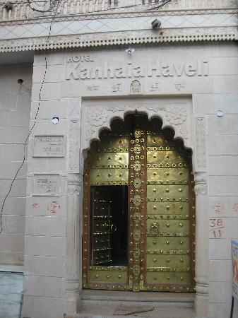 Hotel Kanhaia Haveli: The Entrance   Fantastic Doors!