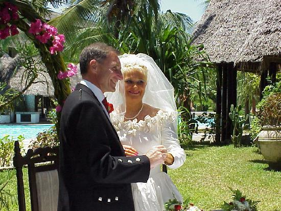Southern Palms Beach Resort: The happy couple?!!! in gardens