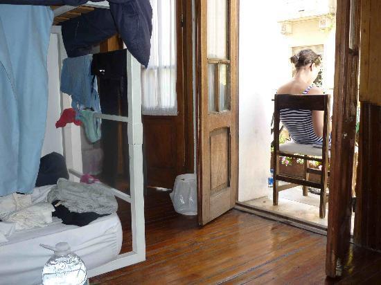 Ostinatto Hostel: Leyendo en el balcón del cuarto de 8 camas