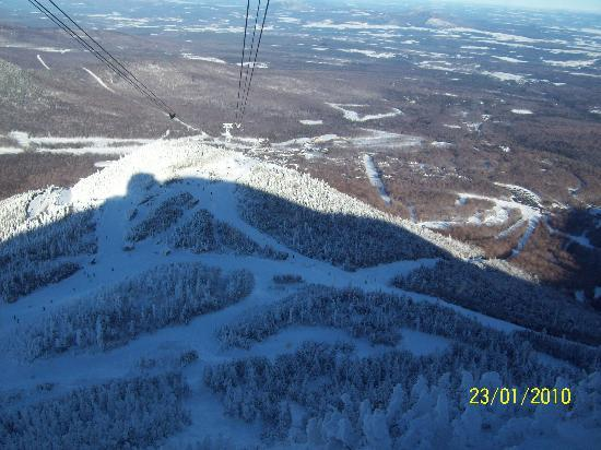 The Woodshed Lodge: Jay Peak view from tram