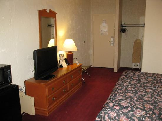 Quality Inn Bangor Airport: Room Amenities - Days Inn BGR