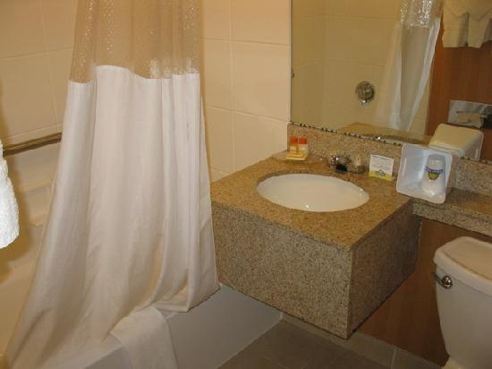 Days Inn Bangor Airport: Bathroom - Days Inn BGR