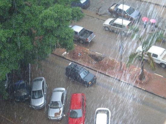 Que carga de água que está a cair neste momento em Luanda!!! :-o  Só para me habituar ao clima f