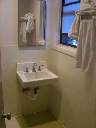 Tahoe City Inn: bathroom circa 1940?