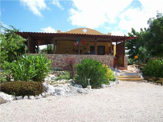 The Pickled Onion B&B & Restaurant Uxmal: A View of the Restaurant From the Road