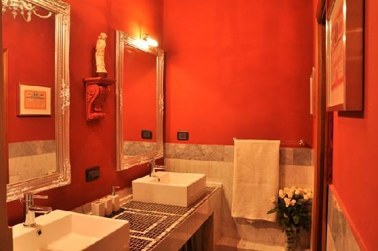 The Black Sheep Bed and Breakfast: red bathroom