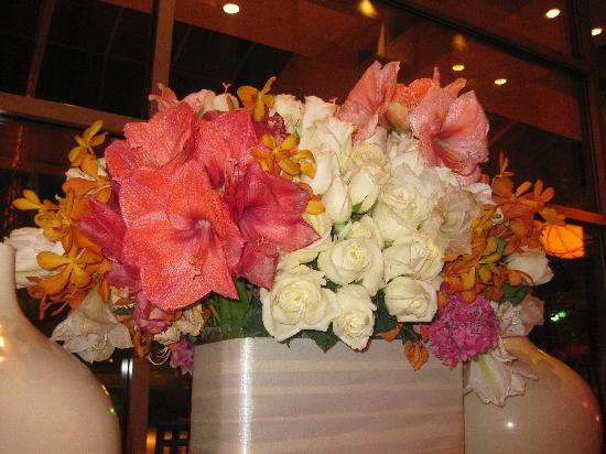 InterContinental Los Angeles Century City: The beautiful roses at the lobby
