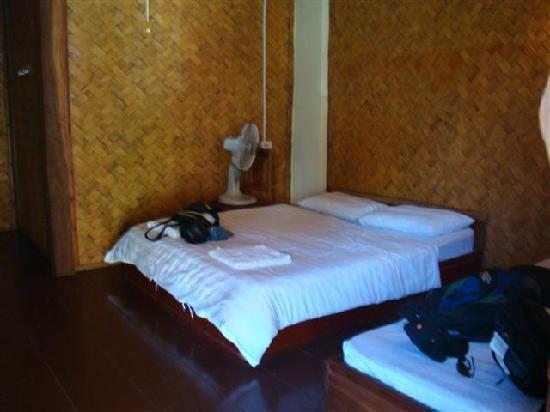 Phoomchai Guesthouse: Twin room