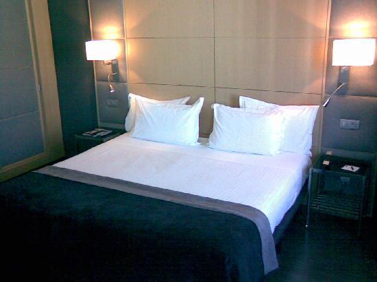 AC Hotel Victoria Suites: Bed