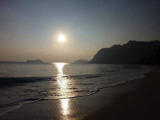 Hale 'Nalo Beach Rentals: Waimanalo Beach just after sunrise.
