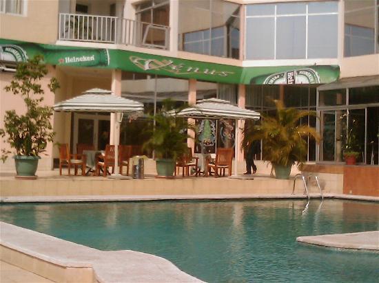 Hotel Venus: Swimming pool and bar