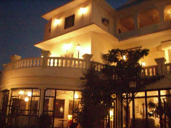 Sugan Niwas Palace: 夜