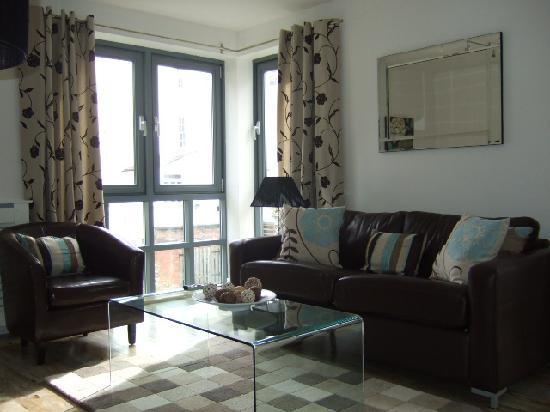 Love-Cheltenham: Living room apartment 3