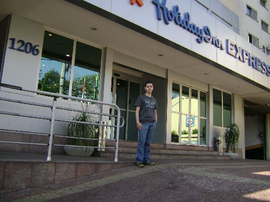 Holiday Inn Express Hotel Av. Sumaré : Mi compañero que era feliz comiendo pizza en el snack nocturno