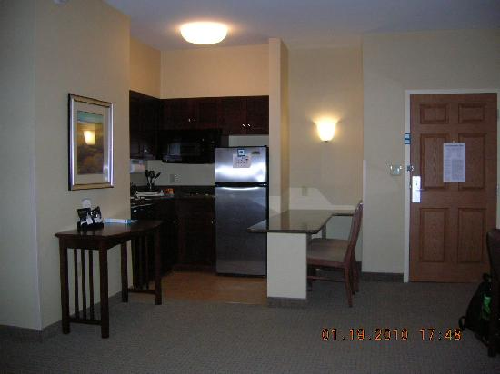 Staybridge Suites Buffalo-Airport: kitchenette