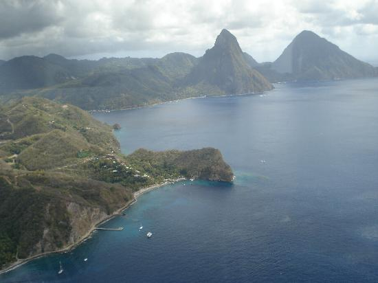 Jade Mountain Resort: View of Resort from Helicopter