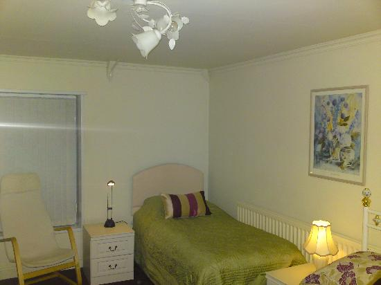 Clifton House Hotel: Single bed in room