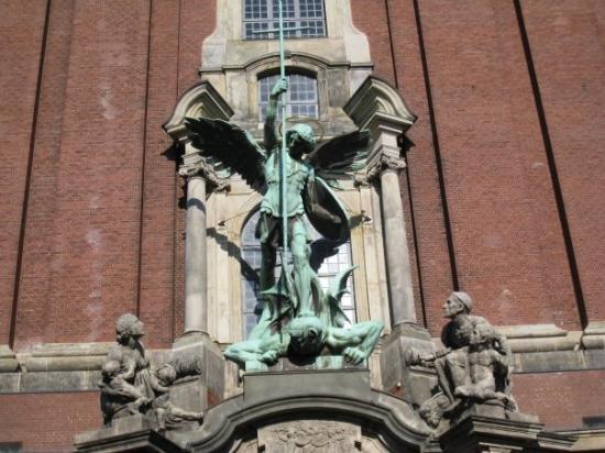 Church of St. Michael: Hampurista, tais olla pyhä Mikaelin kirkko