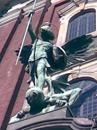 Church of St. Michael: Vähän tarkemmin, miten enkeli antaa kyytiä demonille. (Hampuri)