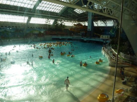 La piscine du parc aquatique dans le west edmonton mail c for La piscine review