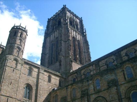 Durhamkatedralen: الكاتدرائية الشهيرة أشهر مثال للكاتدرائيات على الطراز النورماندي