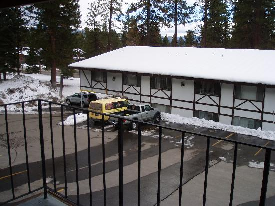 Brockway, CA: Shot from our room overlooking the parking lot and lobby