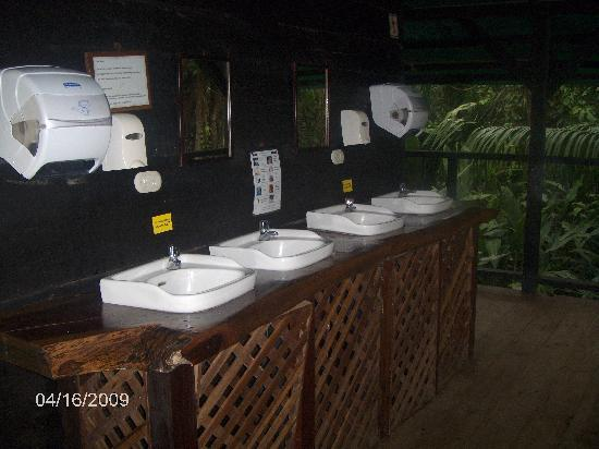 Hotel Almendros y Corales: The restroom facilities