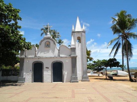 Hotel Eco Atlântico: La plaza con su iglesia frente al mar