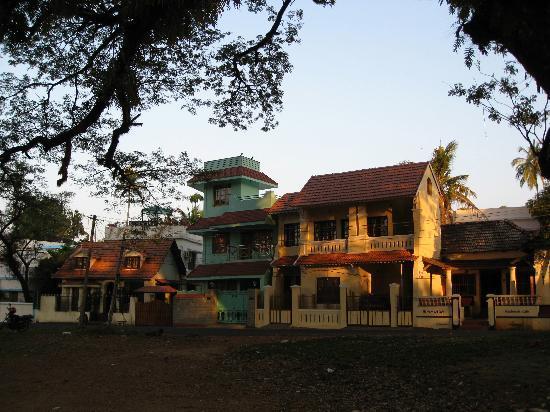 Kapithan's Inn: Kapithan Inn is the building on the left