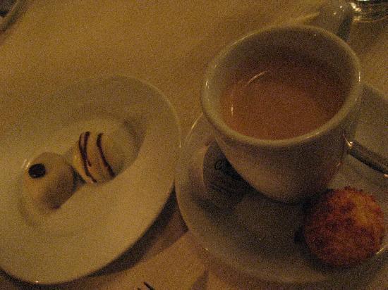 Boerderij Langerlust: サービスのコーヒーとボンボン