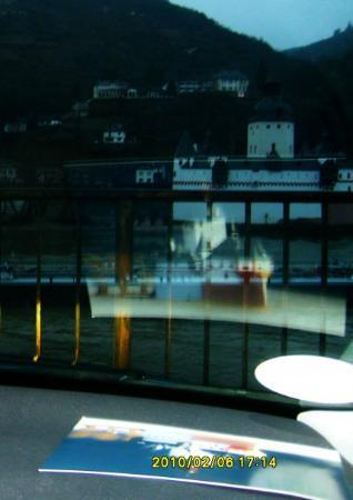 Kaub, Tyskland: Postcard on dashboard and original Burg Pfalzgrafenstein, Falkenau Rhine Island, Palatinate.