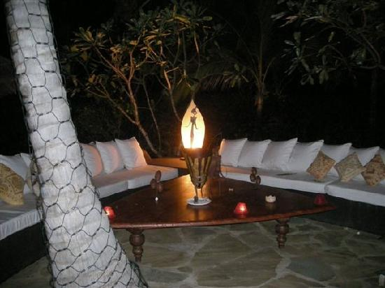 Lion in the Sun Resort: Lounge at night