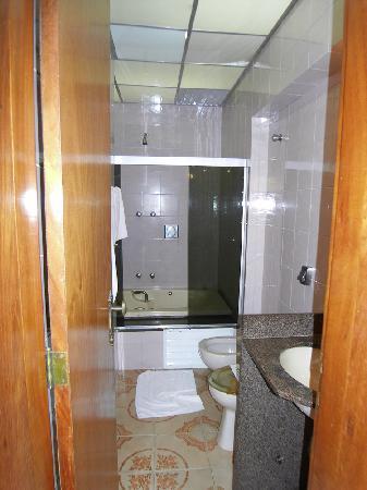 Hotel Rondônia Palace: small bathroom with hole in bathtub