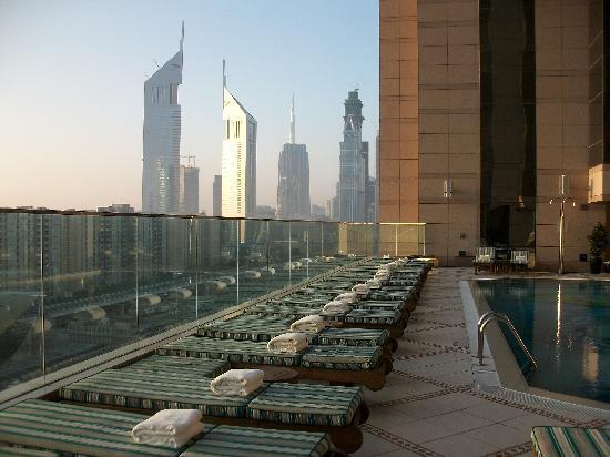 Fairmont Dubai: Pool bei Sonnenaufgang