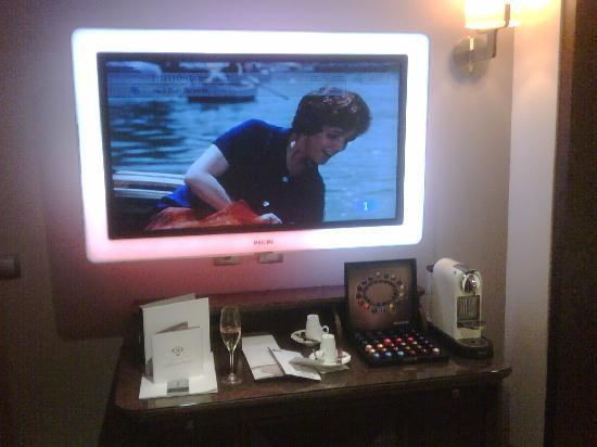Villa Venecia Hotel Boutique: Tele y Nespresso. Copa de Cava al entrar