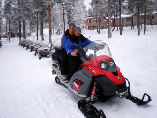 Hotel Jeris: depart pour une randonnée en motos neige