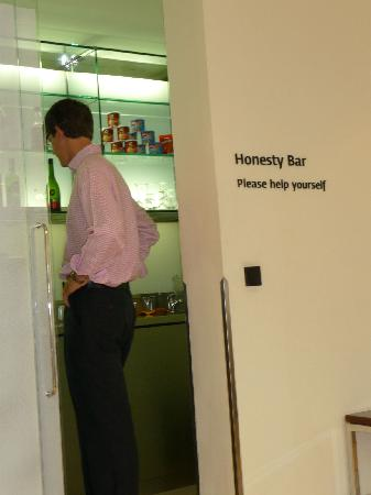 Maximilian Hotel: Honesty Bar