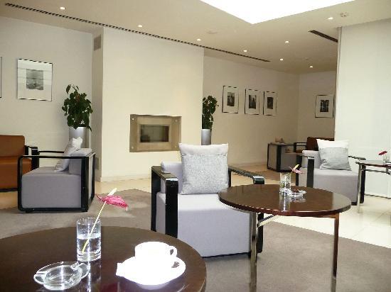Maximilian Hotel: Lobby Sitting Area