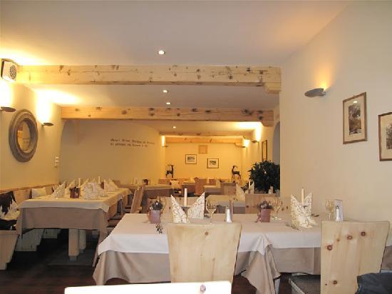 Zernez, Schweiz: Ein kleiner Teil des Restaurants.
