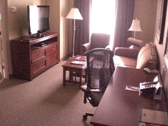 ستاي بريدج سويتس نورث تشارليستون: Roomy living room area.